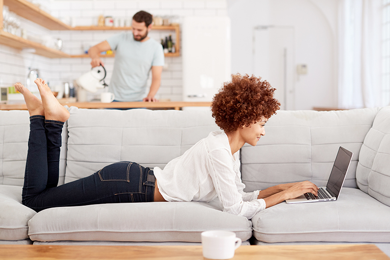 Lady_sofa_laptop_124542133_800x534_BLOG-1
