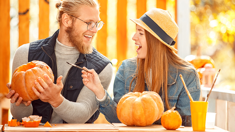 couple_decorating_fall_132830392_800x450